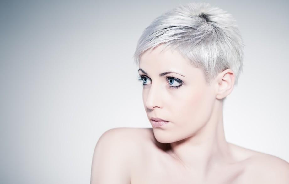 Creëer Granny Hair: Zelf je haar grijs verven in 4 stappen!