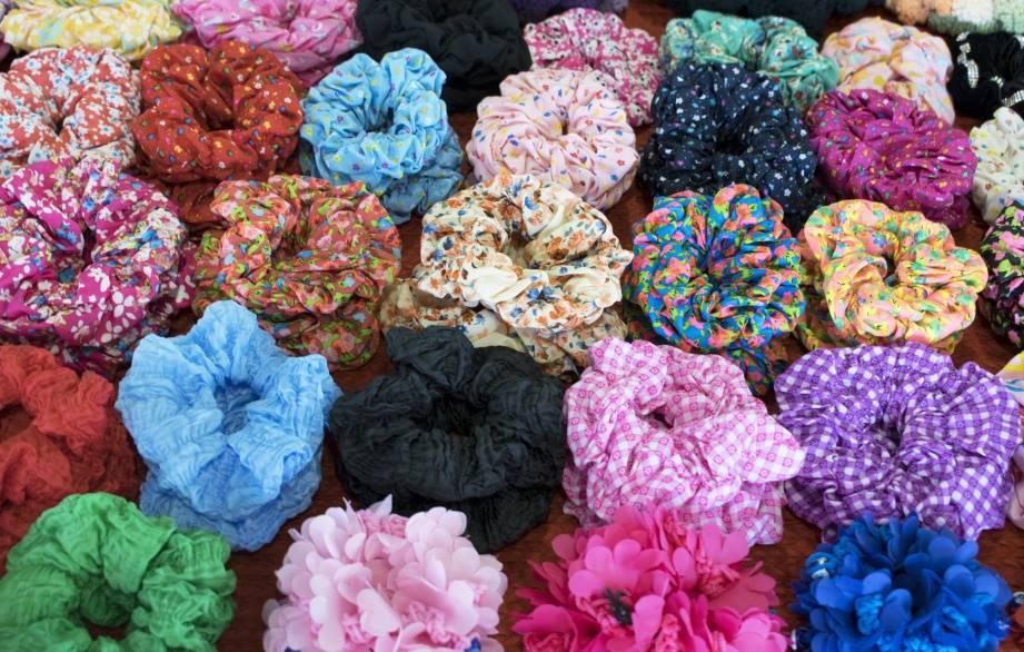 De Velvet Scrunchie (ook wel Haarwokkel, Froezel en Haarfrutsel) maakt een comeback!