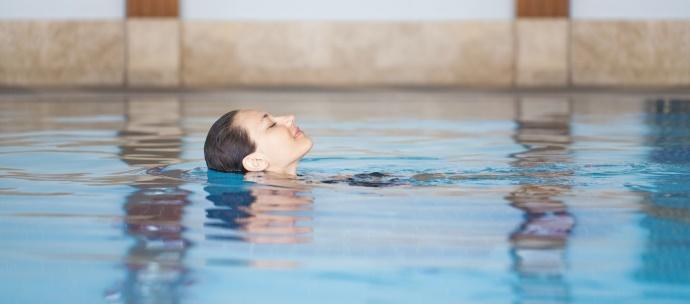 Groene gloed in je haar door zwembadwater